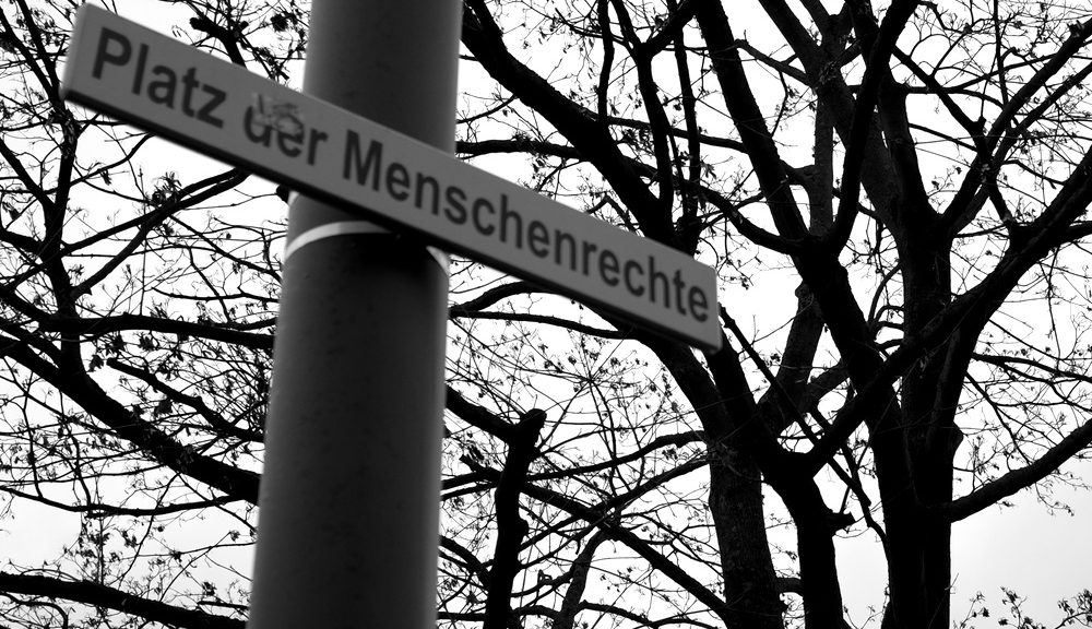 """Schild mit Aufschrift """"Platz der Menschenrechte"""""""